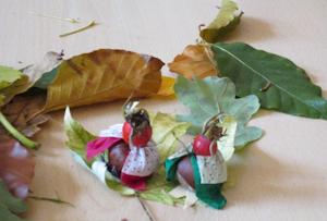 Bild zwei selber gebastelte Figuren aus Hagebuten und anderen Materialien