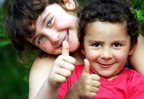 Foto: 2 Kinder mit Daumen hoch