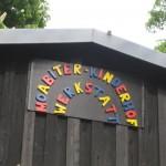 Bild: Schild mit bunter Aufschrift Moabiter Kinderhof an einem Haus