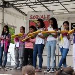 Bild: ein Triola-Orchester mit jungen Mädchen spielen auf einer Bühne
