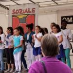 Bild: ein klatschender Kinderchor auf deiner Bühne