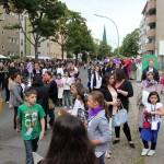 Bild: Besucher des Festes stehen auf der Straße, zwischen verschiedenen Ständen