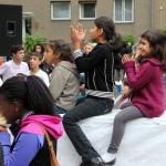Bild: junge Mädchen sitzen Beifall klatschend auf einer Bang