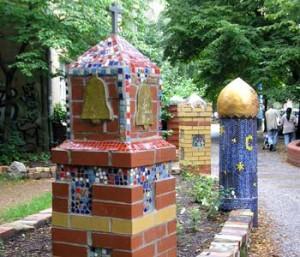 Bild Körpergroße Säulentürme aus bunten Mosaikfliesen