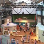 """Bild: Labyrinth Kindermuseum - Ausstellung """"Ganz weit weg – und doch so nah: Die Halle mit Marktplatz, Küche, Jurte und Schule"""