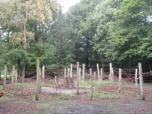 Bild rote Kletternetze unterschiedlicher größe an Holzpfälen befestigt