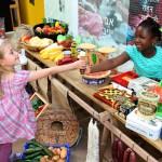 """Labyrinth Kindermuseum - Erlebnis-Ausstellung """"Ganz weit weg – und doch so nah"""" - Victoria und Maafoh machen gute Geschäfte auf dem Marktplatz."""