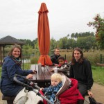 Bild - Familie sitz an einem Tisch im Park mit Getränken aus der Thermoskanne