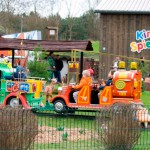 Bild - Kinder fahren in der Eisenbahn