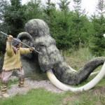 Bild - Nachbildung des Erlegens eines Mammuts im Urzeitpark
