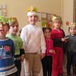 Bild - alle Kinder zeigen ihren gebastelten Kopfschmuck