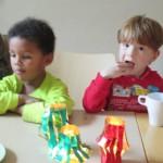 Bild - Kinder spielen am Basteltisch