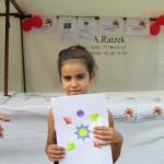 Bild - Mädchen hält ihre Zeichnung