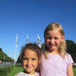 Bild - zwei Kinder blicken in die Kamera