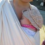 Bild - Mutter mit Baby im Tragetuch