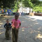 Bild - Kinder beim Sackhüpfen