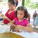 Bild - Kinder beim Basteln am Stand des Familienzentrums