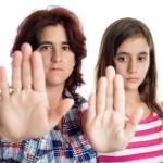 Stop - zwei Frauen strecken dem Betrachter ihre Handfläschen entgegen