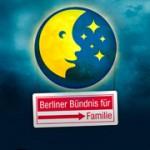 Bild: Logo Familiennacht - der Mond mit einem Gesicht und Sternen, darum hängt ein Schild mit dem Schriftzug Berliner Bündnis für Familie