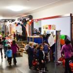 Bild: Kinder entkleiden sich im Vorraum des FZM