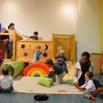Bild: viele Kinder spielen vor und auf der Kletterburg.