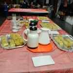 Bild: Tisch in der Mitte des Vorraums im Familienzentrum mit Kaffee, Milch und Kuchen