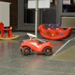 Bild: Stillleben im Vorraum - ein Schaukelpferd, ein Schaukelkrokodil und ein Laufauto