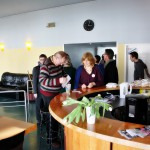 Bild: Workshopteilnehmer im Pausengespräch an der Kaffeebar