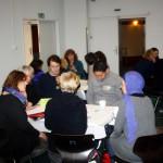 Bild: Workshopteilnehmer sitzen an Tischen und diskutieren