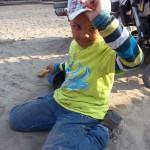 Bild: Junge spielt im Sand