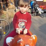 Bild: Junge reitet auf Berliner Bär