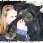 Bild: Kind knuddelt mit Pony und Küsst das Maul
