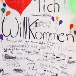 Bild: die Willkommentafel vom Einweihungsfest, beschrieben mit vielen Vornamen der Kinder die da waren.