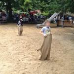 Bild: Kinder beim Sackhüpfen