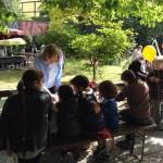 Bild: Kinder malen unter Anleitung am Stand des FZM