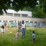 Bild: Mütter mit Kindern spielen gemeinsam auf einer Wiese