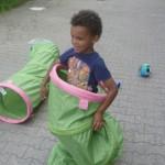 Bild: Junge steht in einem Krabbelschlauch