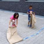 Bild: Junge und Mädchen vor dem Start biem Sackhüpfen