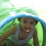 Bild: Junge gickt aus einem Klettertunnel