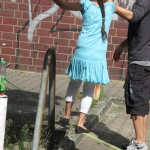 Bild: Mädchen balanciert auf einem Seil