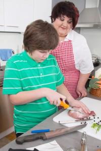Bild: Mutter und Sohn kochen gemeinsam