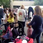 Bild: Am Stand vom Familienzentrum. Faltblätter werden verteilt