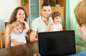 Bild: Familie sitzt im Gespräch mit einer Sozialberaterin