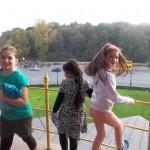 Bild: 3 Mädchen am Geländer am Fuß der Siegesäule