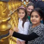 Bild: 3 Mädchen stehen im oberen Rundgang blicken in die Kamera