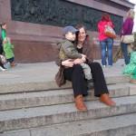 Bild: Mutter mit Kind am Fuß der Siegessäule