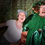 Bild: Mann als Weihnachtsbau und Frau auf Bühne