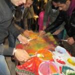 Bild: Jugendliche Männer malen ein buntes Bild im Freistil