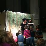 Bild: Kinder sind aktiv mit auf der Bühne und spielen mit den Darstellen