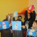 Bild: seche Kinder haltne ihre Schneemannbilder hoch